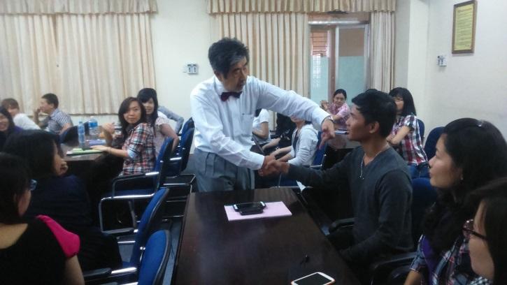 参加者へ握手の仕方を指導