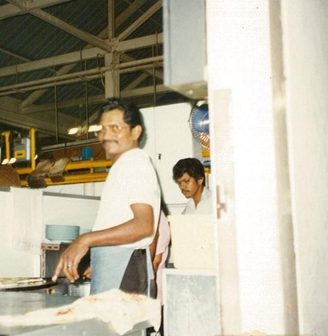 ロティチャナイを作っている男性